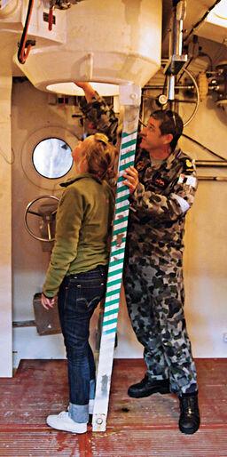 Ingrid visas runt på Australiens största flottbas HMAS Stirling.