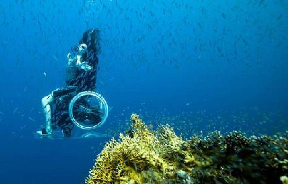 Sue Austin utforskar Röda havet från rullstolen. Foto: Norman Lomax/Moving Conte