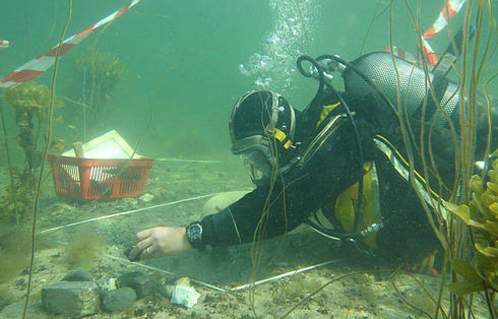 Marinarkeolog undersöker stenåldersboplats i Danmark. Foto: Morten Johansen Viki