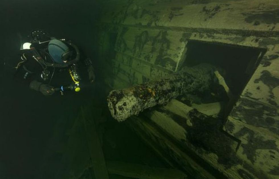 Kanon i kanonlucka på Svärdet. Foto: Jonas Dahm/Deep Sea Productions