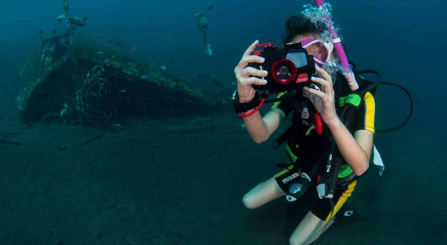 Ungdomar dyker med undervattenskamera