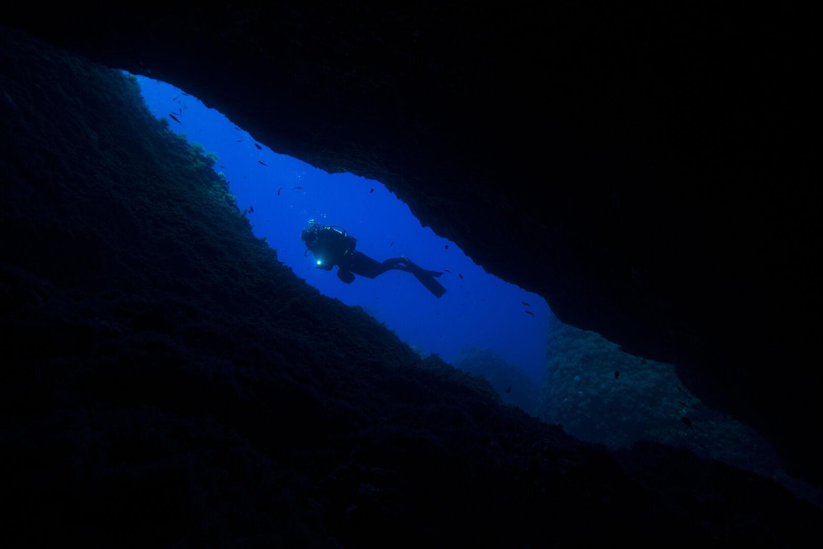 Sprickor och grottor vid Ustica